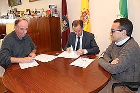 El alcalde y el representante de Nueva Luz firman el convenio