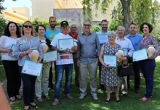 El delegado de Medio Ambiente junto a los ganadores del concurso y los miembros de jurado, en el patio ganador