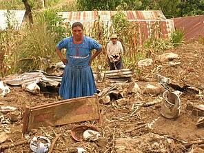 La foto pertenece al ¨Informe sobre la respuesta humanitaria de Intermón Oxfam a los damnificados por el huracán Stan de octubre de 2005 en Guatemala¨.