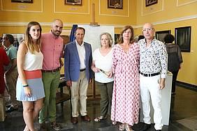 El alcalde y la delegada de Cultura, junto a familiares de José María Ávila en el atrio del Ayuntamiento