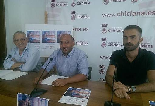 Adrián Sánchez en rueda de prensa, junto a los representantes de la Cámara de Comercio