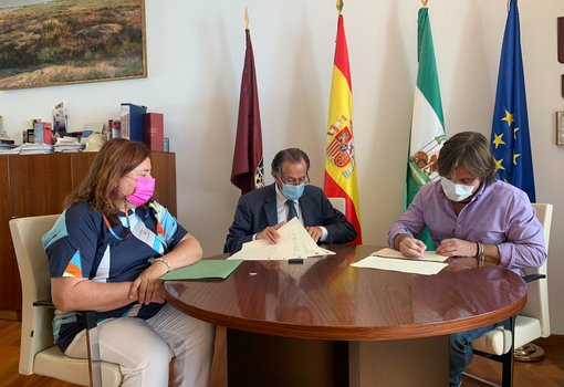 firma de convenio pro derechos humanos en Alcaldía con el alcalde, Cándida Verdier y el representante de la entidad