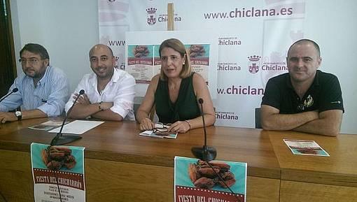 Los delegados de Fomento y Consumo, junto a participantes en la Fiesta del Chicharrón