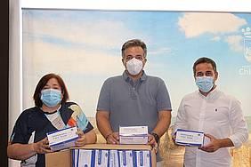 candida verdier, jose manuel vera y el donante de mascarillas durante la donación al ayuntamiento