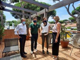 el alcalde y la delegada de Fomento y Turismo visitando apartamentos biopasivos