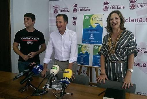 El alcalde, el delegado de Juventud y la directora de Radio Cádiz, junto al cartel del concierto.