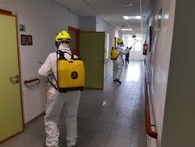 Momento de la desinfección de los bomberos en la residencia de Novo Sancti Petri