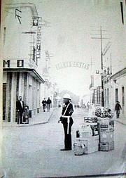 Guardia Municipal regulando el tráfico en la calle Mendizábal, en el año 1971.