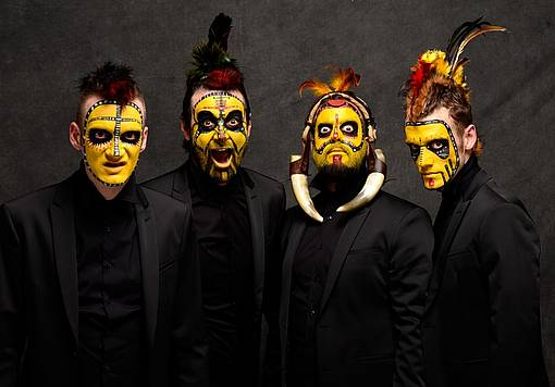 Imagen de los cuatro protagonistas de la obra ya disfrazados