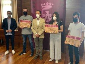 el alcalde y delegado de educacion con los premiados del certamen literario en el salón de plenos