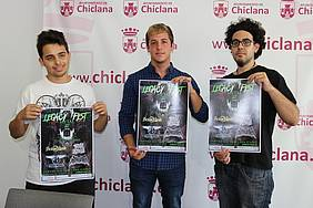 El delegado de Juventud, junto a los responsables de la organización del evento, presentan el cartel anunciador