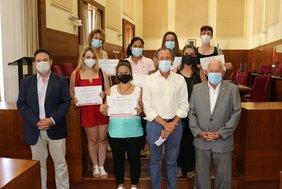Foto de familia del alcalde con las personas que han finalizado el curso