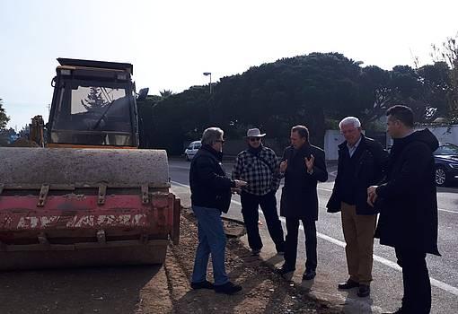 EL alcalde visita el tercer carril de sancti petri