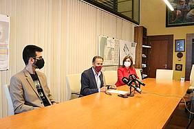 el alcalde y la delegada municipal de Cultura reciben al pianista chiclanero Juan José Sevilla en el despacho del alcalde