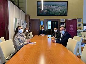 reunion del alcalde y la delegada de urbanismo en alcaldía con representantes de apic