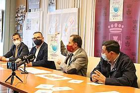 el alcalde presentando en su despacho junto a empresarios la campaña de concienciación contra el COVID19