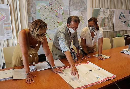 El alcalde y las delegadas de Urbanismo y Obras miran un plano del proyecto