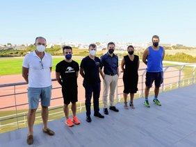 jose manuel vera con representantes de clubes de atletismo en la pista de atletismo
