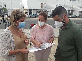 las delegadas de Obras, la de Urbanismo y el delegado de Medio Ambiente en la rueda de prensa sobre carriles bici en Avenida de Diputación