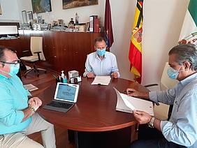 Reunión del alcalde con representantes del sector del transporte de viajeros