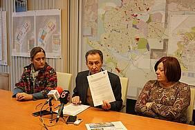 alcalde, primera y segunda teniente de alcalde en rueda de prensa sobre la ITI de Sancti Petri