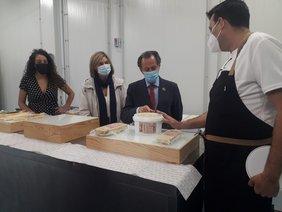 el alcalde y la delegada de Fomento, Pepa Vela, visitado las instalaciones de 'Sanpier Alta Repostería'