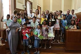 Imagen del alcalde con todos los niños y familiares del programa 'Vacaciones en Paz'