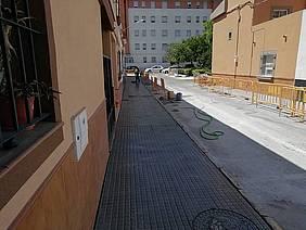 Acerado arreglado en la plaza Antonio Mairena