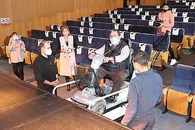 pepa vela en el teatro moderno comprobando las obras de accesibilidad desarrolladas en el Teatro Moderno