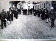 """Corporación Municipal bajo """"maza"""" escoltada por la Policia Municipal en la calle Larga en el año 1949."""
