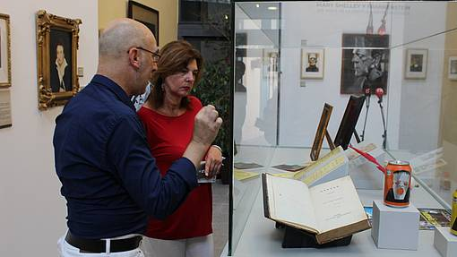 Pepa Vela y Jesús Romero observan piezas de la exposición