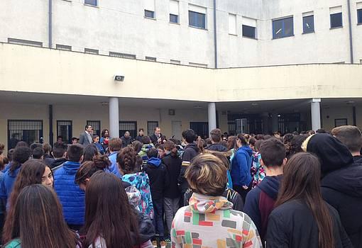 El alcalde ofrece una conferencia en el patio del IES Ciudad de Hércules ante los alumnos del centro