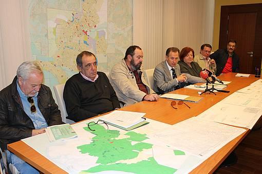 Rueda de prensa del alcalde y la delegada de Vías y Obras junto a los representantes del Grupo Iro XXI