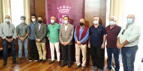 Foto del alcalde con los trabajadores municipales