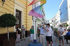 izado bandera LGTBIQ+