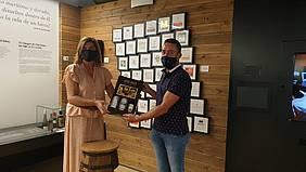 entrega del obsequio a ganador de septiembre de la iniciativa un rincón por descubrir en el Centro de Interpretación del Vino y la Sal