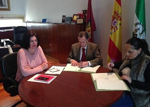 Momento de la firma del convenio entre José María Román y Ketama Cubero.