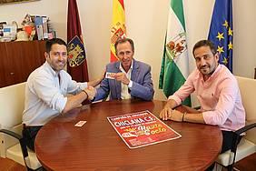 El presidente de la gestora del Chiclana Club de Fútbol entrega al alcalde el carnet de abonado del club para la presente temporada