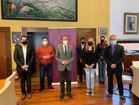 el alcalde y delegado de hacienda con los responsables de 'Chiclana Guía de Empresas' en Alcaldía