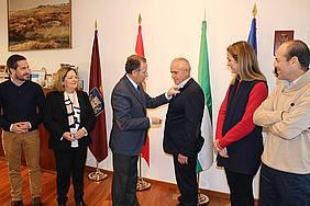 El alcalde le impone la Insignia de Chiclana a Lorenzo Soriano