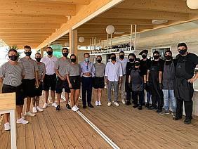 El alcalde junto a los responsables y trabajadores del chiringuito Albarrosa