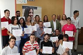 Foto de familia del grupoo de alumnos del PICE junto al alcalde y el delegado de Fomento