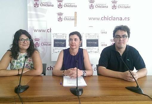 Pepa Vela, junto a dos integrantes de la Orquesta Joven Ciudad de Chiclana, en rueda de prensa.