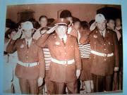 Patrulla de Policía Municipal saludando al paso de un desfile procesional.