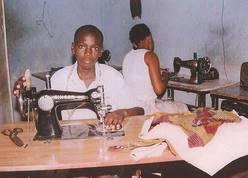 La foto pertenece al proyecto ¨Consolidación del Hogar AKWABA, para la acogida y el desarrollo de los niños de la calle de Abdijan (Costa de Marfil)¨PROYDE, 2004.