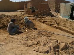 Construcción de casa en país empobrecido.