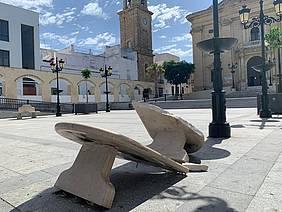 banco roto en la plaza mayor por vandalismo