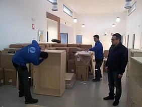 Momento de la llegada del mobiliario a Servicios Sociales.