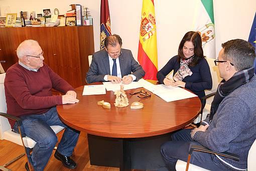 El alcalde y la directora de Cáritas Diocesana firman el convenio de colaboración