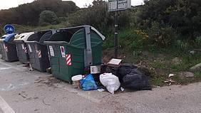 Contenedores con basura fuera de ellos